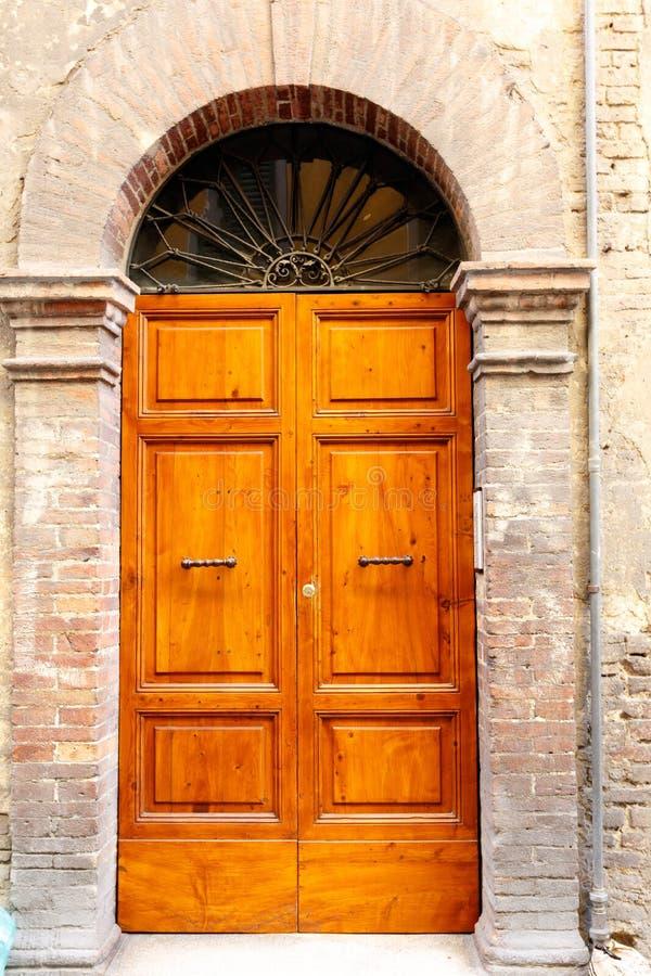 Brown drewniani drzwi w kamiennej archway ?cianie obraz royalty free