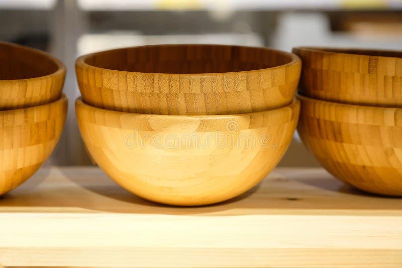 Brown drewniani talerze na półki zakończeniu horyzontalny odgórny widok fotografia royalty free