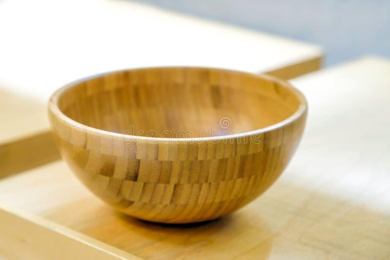 Brown drewniani talerze na półki zakończeniu horyzontalny odgórny widok obrazy stock