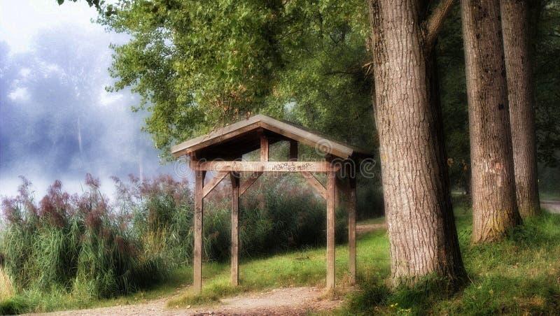 Brown Drewniany Gazebo Obok drzewa zdjęcie stock