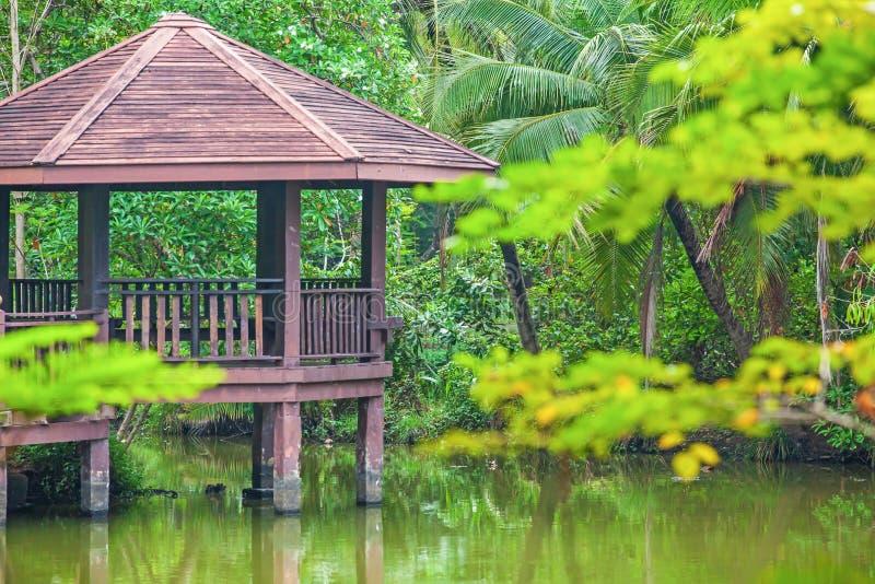 Brown drewniany gazebo w basenu ogródzie zdjęcia royalty free