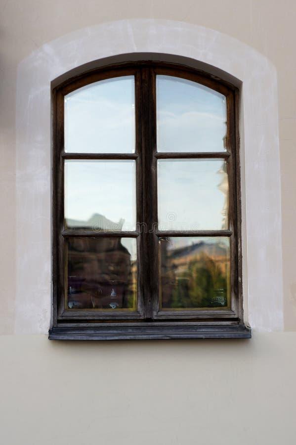 Brown drewniany obramiający okno stary grodzki Ryski średniowieczny dom, Latvia obrazy stock