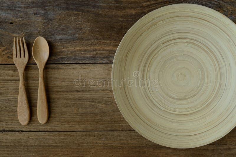 Brown drewniany puchar na nieociosanym stole z drewnianą łyżką i fo fotografia royalty free