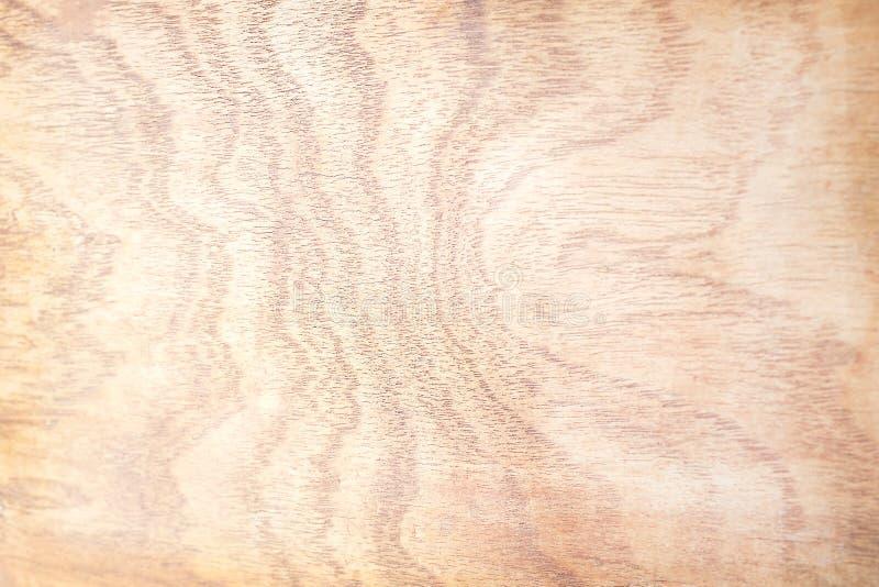 Brown drewniany tło, stara natury tekstura w ciemnych i jaskrawych falowych wzorach zdjęcie royalty free
