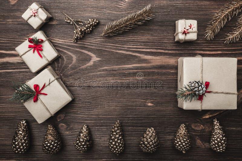 Brown drewno z ogłoszoną teksturą Przestrzeń dla kartka z pozdrowieniami z zima wakacjami, skład z handmade prezentami obrazy stock