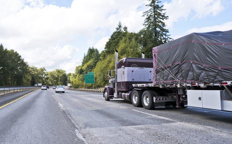 Brown dużego takielunku amerykanina ciężarówki klasyczny odtransportowanie semi zakrywał c obraz stock