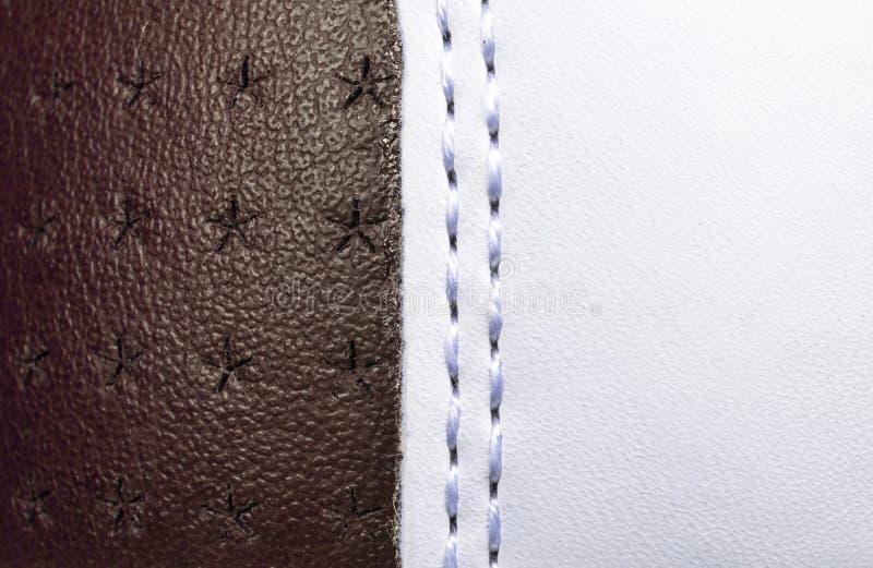 Brown e fondo di cuoio perforato bianco di struttura Il bianco e Brown rivestono di pelle con la fine di cucitura su Macro colpo  immagini stock