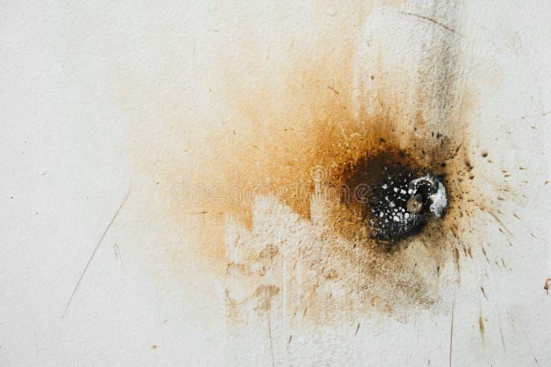 Brown e manchas pretas da cor na superfície branca da parede imagens de stock royalty free