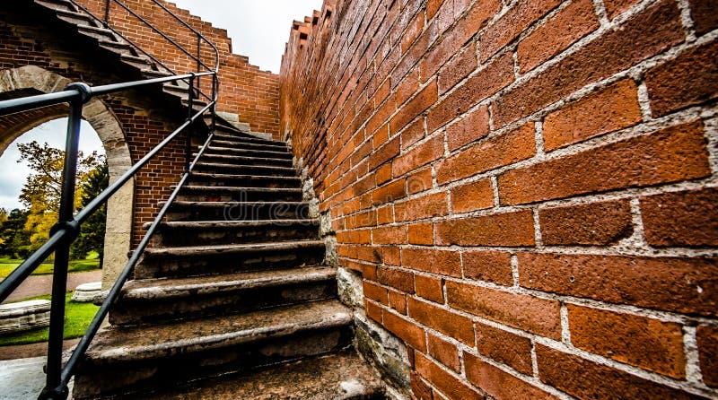 Brown e a parede de tijolo vermelho textured o fundo e o arco foto de stock royalty free
