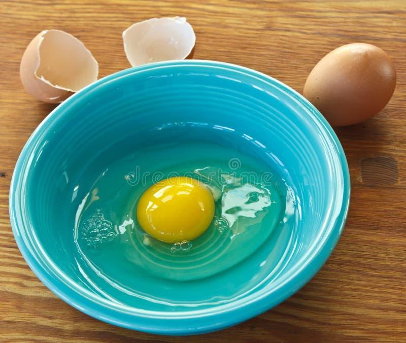 Brown-Ei in der Schüssel stockfotos
