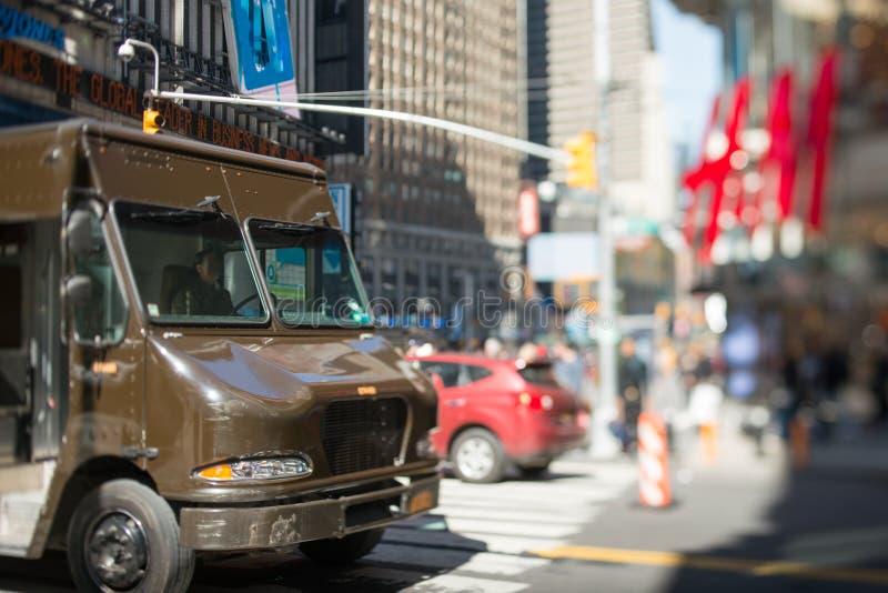 Brown entrega o caminhão na cidade fotos de stock royalty free