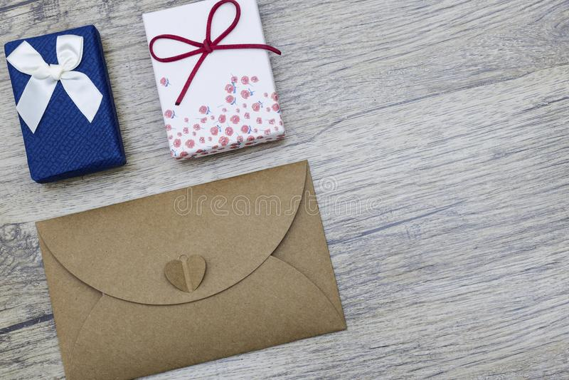Brown envuelven y las cajas de regalo en la tabla de madera Envío de amor Concepto fotos de archivo