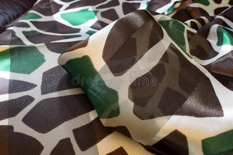 Brown et écharpe verte de polyester d'impression de girafe photos stock