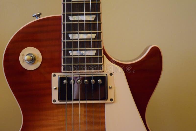 Brown et Les blanc Paul Guitar photo stock
