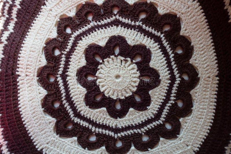 Brown et modèle circulaire blanc de crochet photos libres de droits
