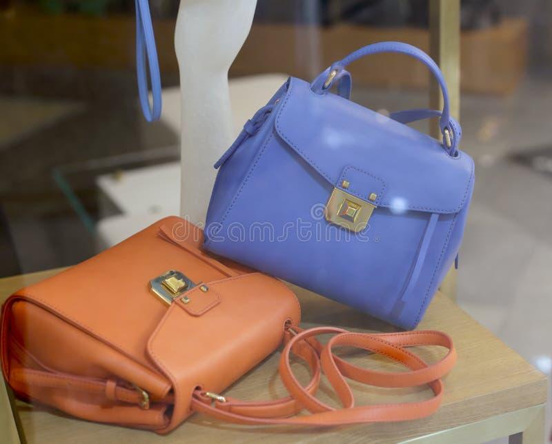Brown et sacs bleus dans la boutique images stock