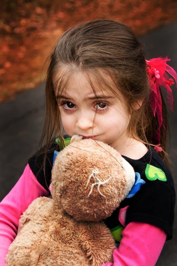 Brown eyed a la muchacha con su oso de peluche foto de archivo libre de regalías