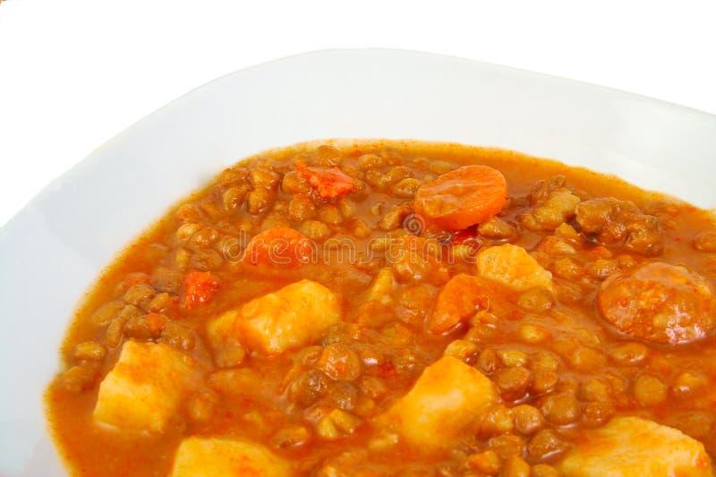 Brown a fait cuire des lentilles avec la saucisse, carotte et photos libres de droits