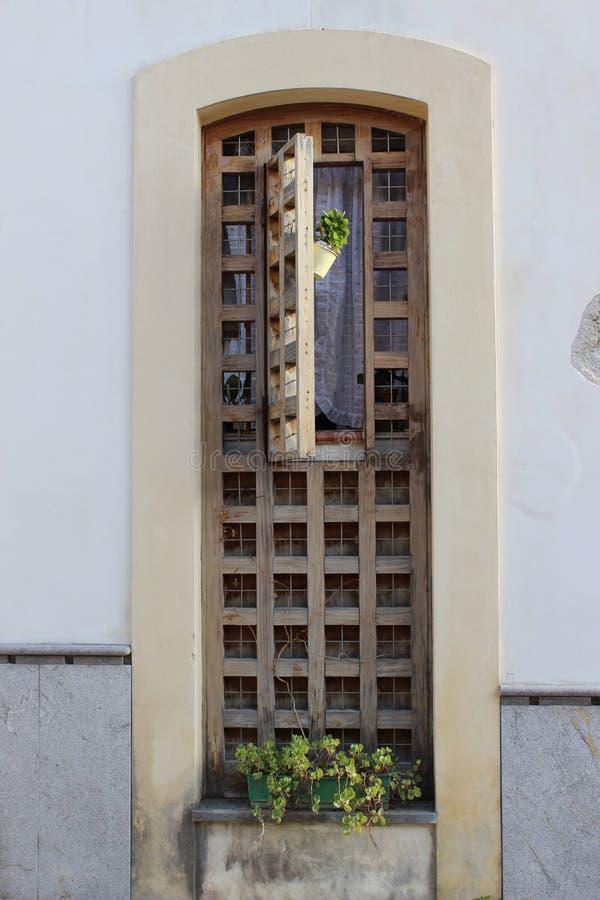 Brown-Fensterladen stockfoto
