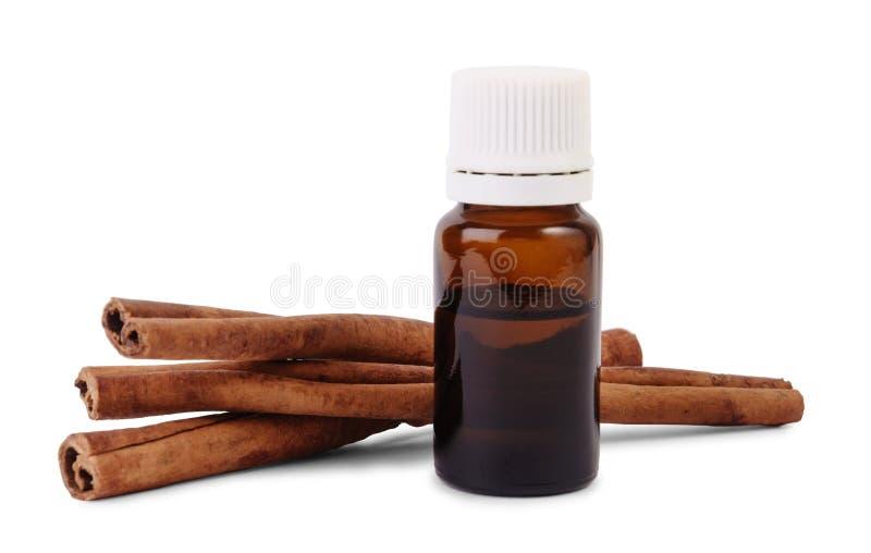 Brown-Flasche organisches ätherisches Öl und Zimtstangen lizenzfreies stockfoto