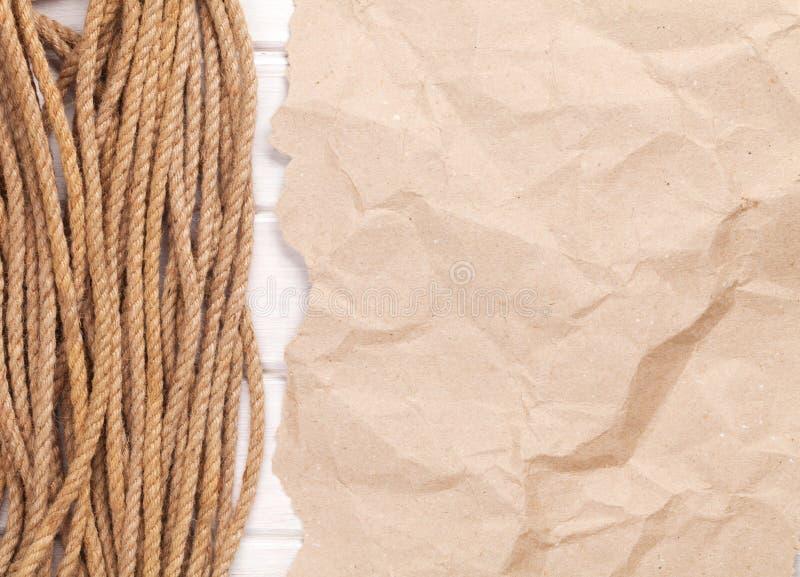 Brown a fripé le fond de papier de carton avec la corde marine image libre de droits
