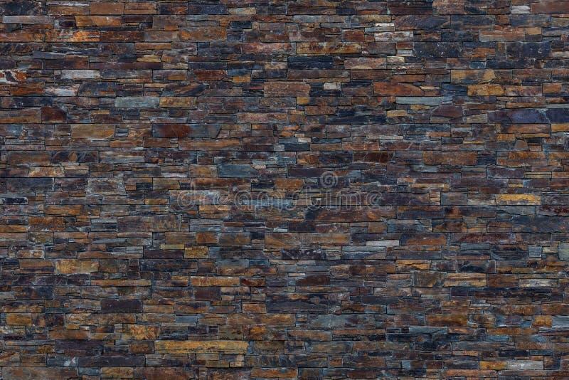 Brown, fundo escuro da parede de pedra da ardósia fotografia de stock royalty free