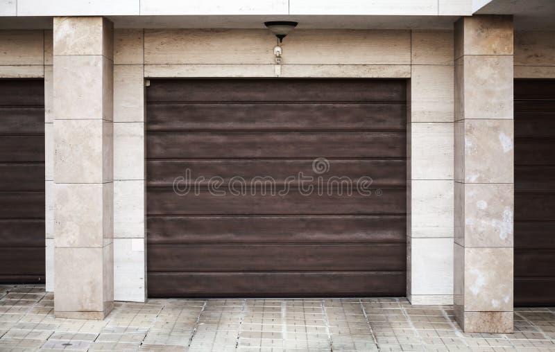 Brown garażu brama fotografia stock