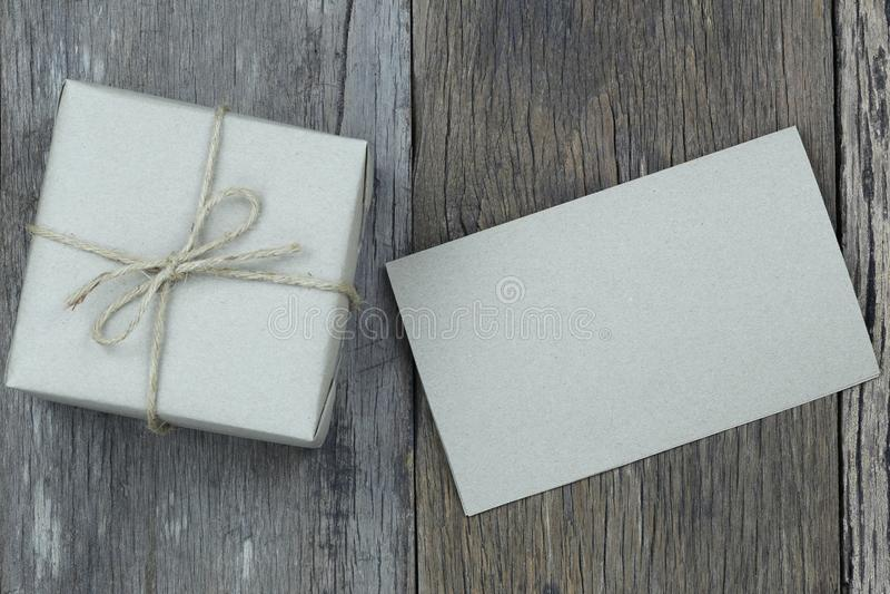 Brown-Geschenkbox und -leeres Papier auf Bretterboden und Kopienbadekurort haben lizenzfreies stockbild