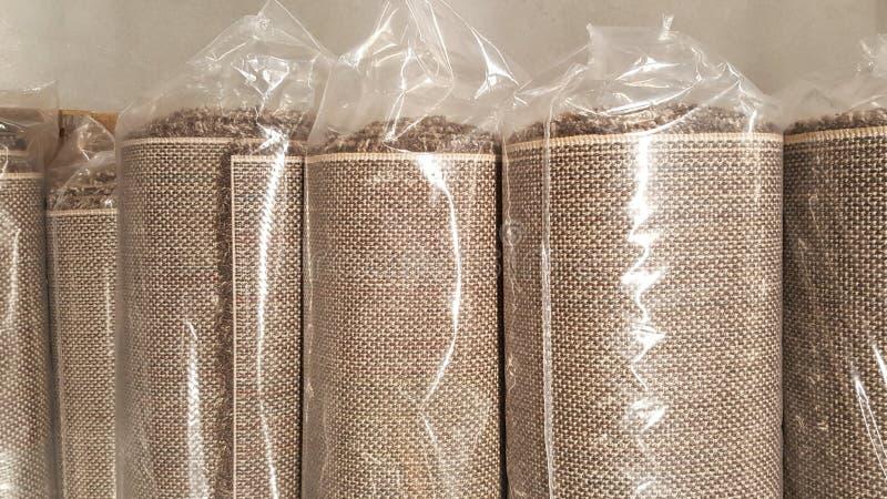 Brown-Geweberolle eingewickelt Plastikrollentasche/auf Lager des braunen Gewebes für Modedesigngeschäft lizenzfreies stockbild