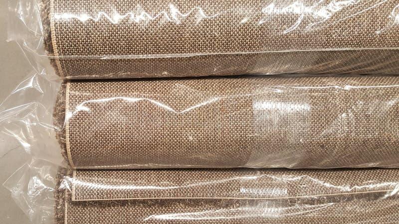 Brown-Geweberolle eingewickelt Plastikrollentasche/auf Lager des braunen Gewebes für Modedesigngeschäft stockfotos