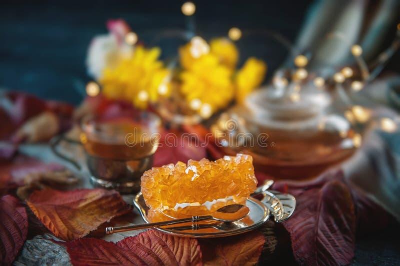 Brown gronowy cukier w przejrzystym kryształu zbliżeniu Wschodnia słodkość herbata obrazy stock