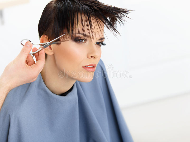 Brown-Haar. Friseur Cutting Womans Haar im Schönheits-Salon. lizenzfreie stockfotos