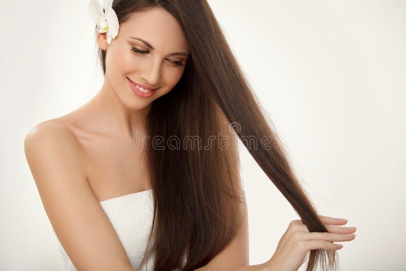 Brown-Haar. Schöner Brunette mit dem langen Haar. Haarpflege. Badekurort Bea lizenzfreie stockfotos