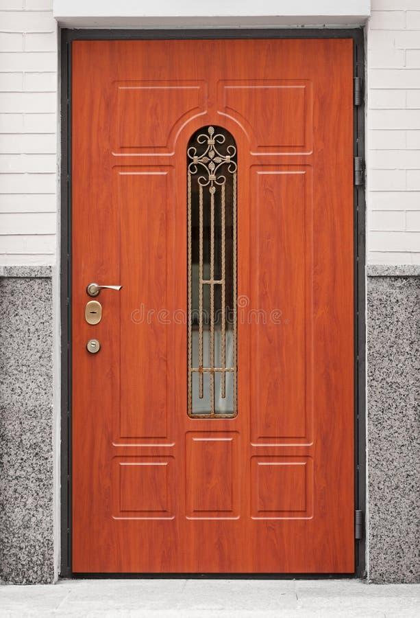 Brown-Haustür - Eingang zum Gebäude stockfotografie