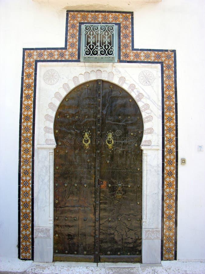 Brown-Holztür in Sidi Bou Said in Tunesien lizenzfreie stockbilder