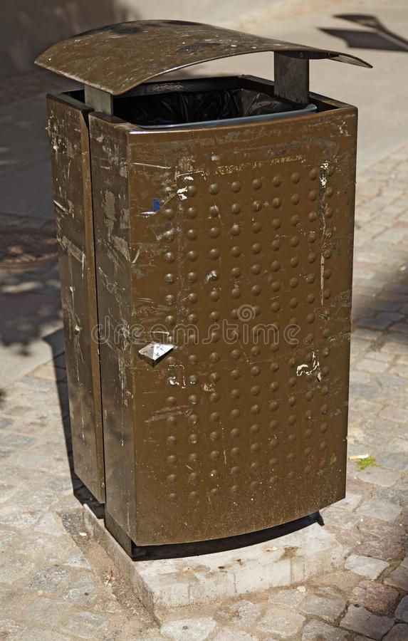 Brown i zielony śmieciarski kosz w Jonkoping zdjęcie royalty free