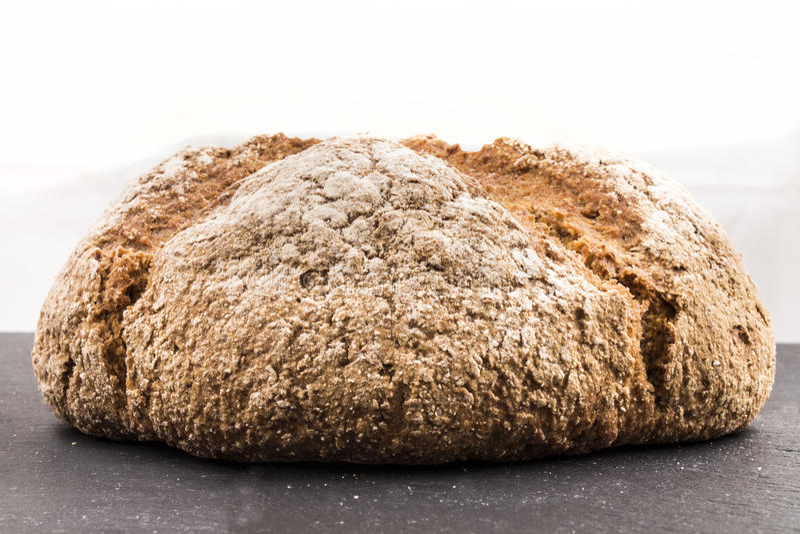 Brown irlandzki sodowany chleb z mąką na łupku zdjęcia royalty free