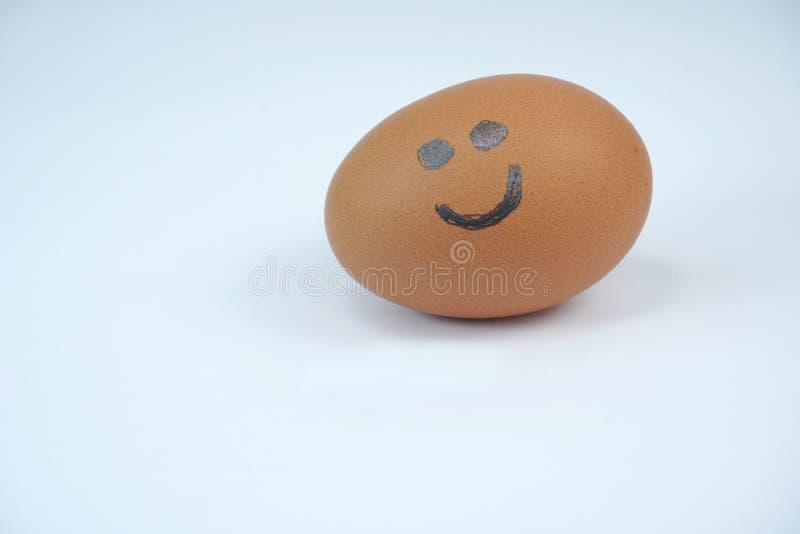 Brown jajko z uśmiechem rysującym na nim z ostrym ołówkiem obraz stock
