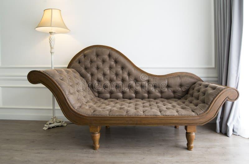 Brown kanapa z luksusowym spojrzeniem zdjęcie royalty free