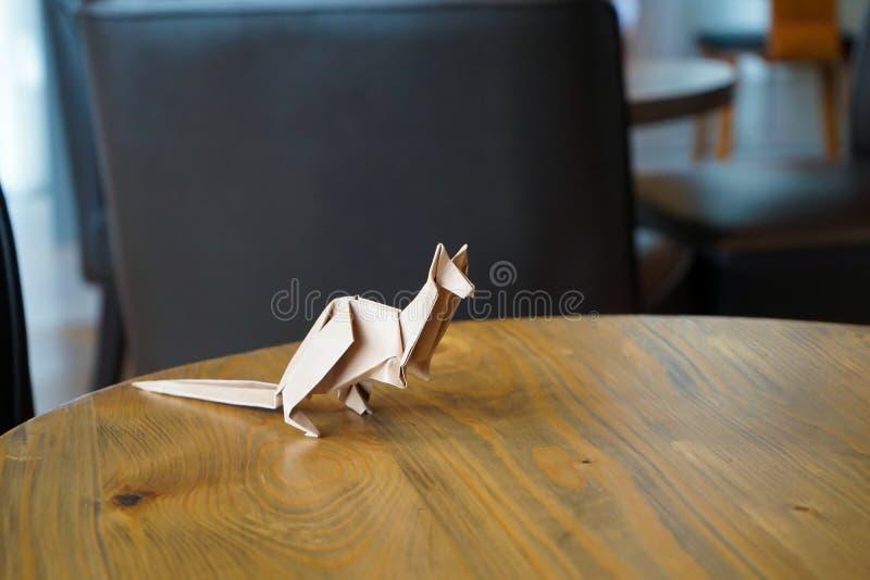 Brown kangura papieru falcowania origami, dekoruje w restauracji, sklep z kawą fotografia stock