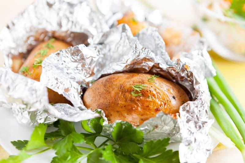 Brown-Kartoffeln gebacken in der Folie lizenzfreies stockbild
