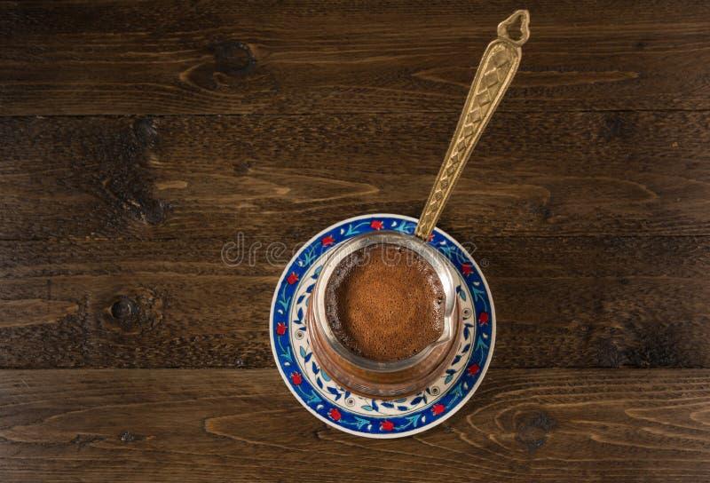 Brown kawa i Nad drewnianym stołem jako tło obraz royalty free