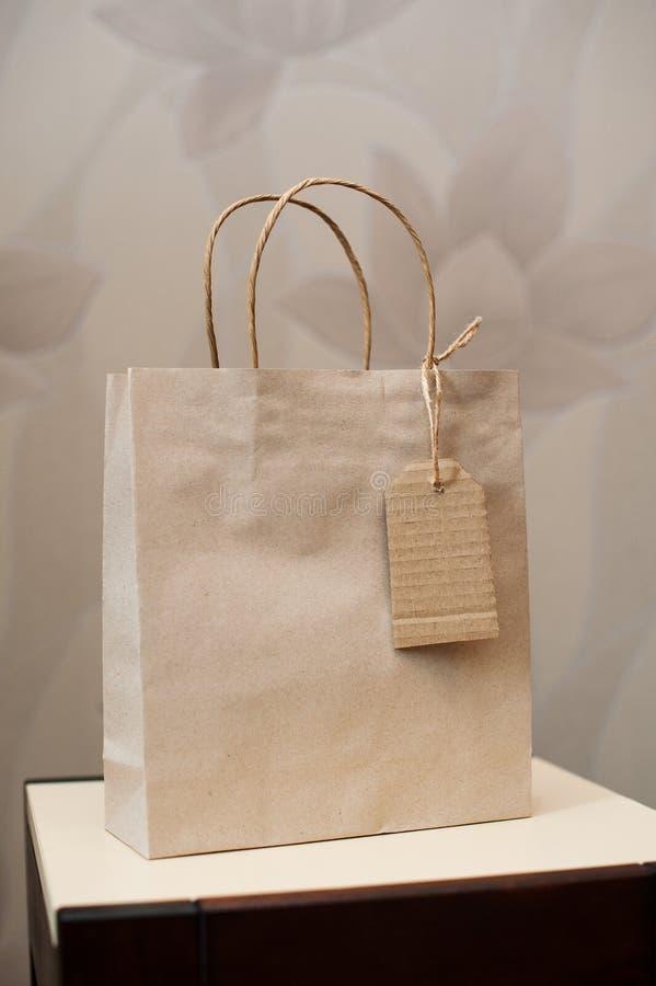Brown Kraft papierowa torba dla prezenta i etykietki obrazy royalty free