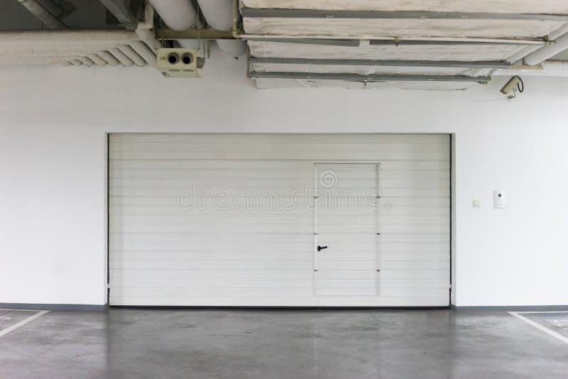 Brown kruszcowy garażu drzwi fotografia stock