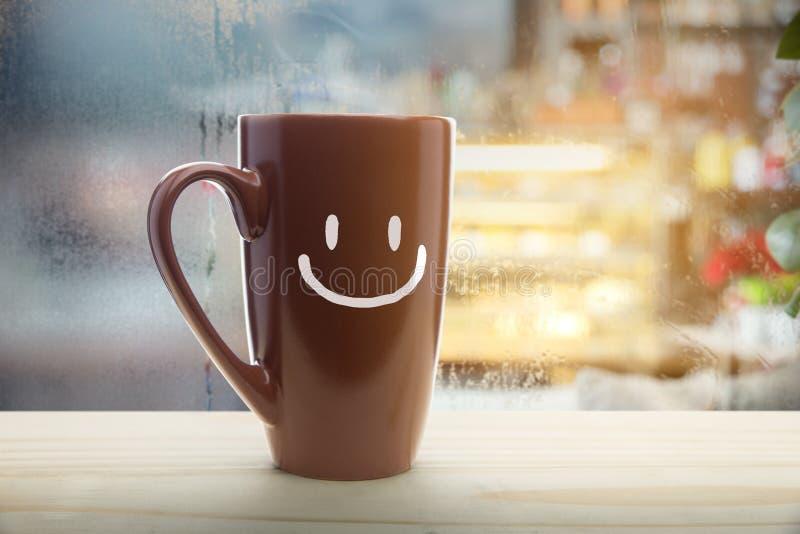Brown kubek kawa z szczęśliwym uśmiechem zdjęcia royalty free