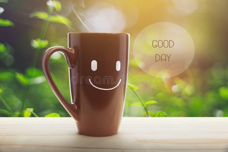 Brown kubek kawa z szczęśliwym uśmiechem obraz royalty free