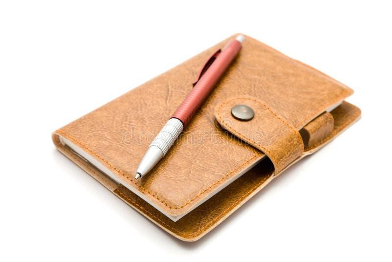 Brown-ledernes Notizbuch mit einer Feder stockbild