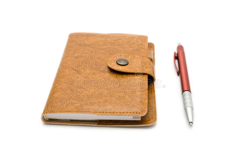 Brown-ledernes Notizbuch mit einer Feder stockbilder
