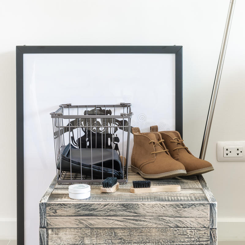 Brown-Lederschuhe und -bürste auf Holzkiste stockbilder