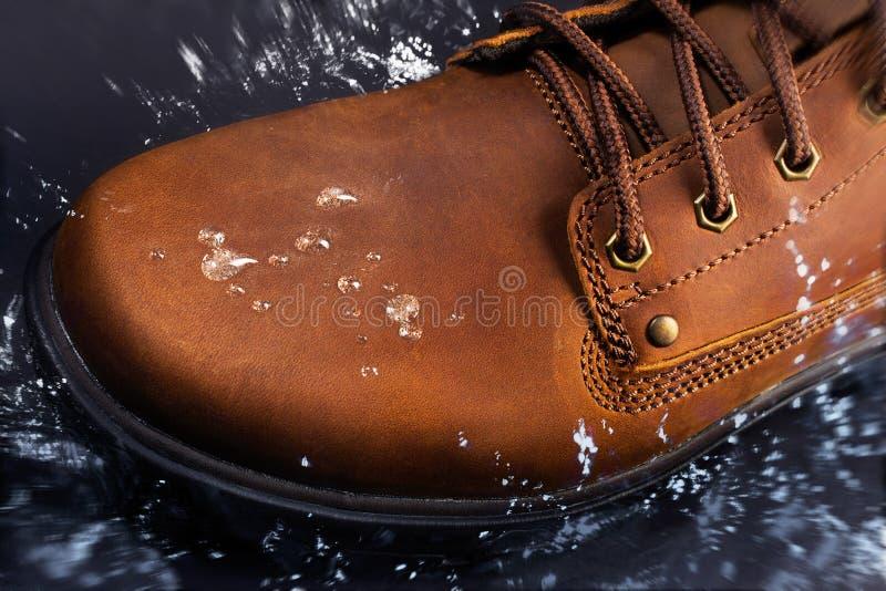 Brown-Lederstiefel wässern Spritzen stockbild